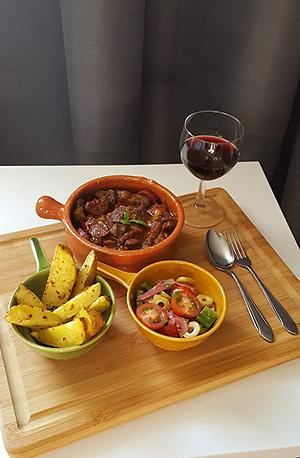 Spaans stoofpotje met patatas bravas en salade